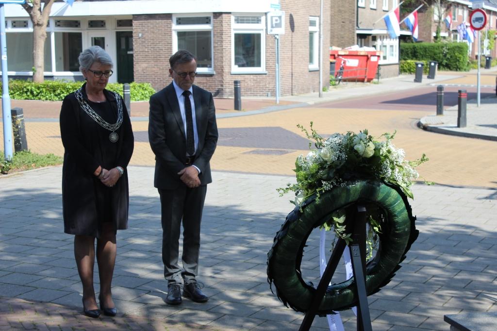 Burgemeester Doret Tigchelaar en haar man Joop na het leggen van de krans. (Foto: gemeente Wierden)  © DPG Media