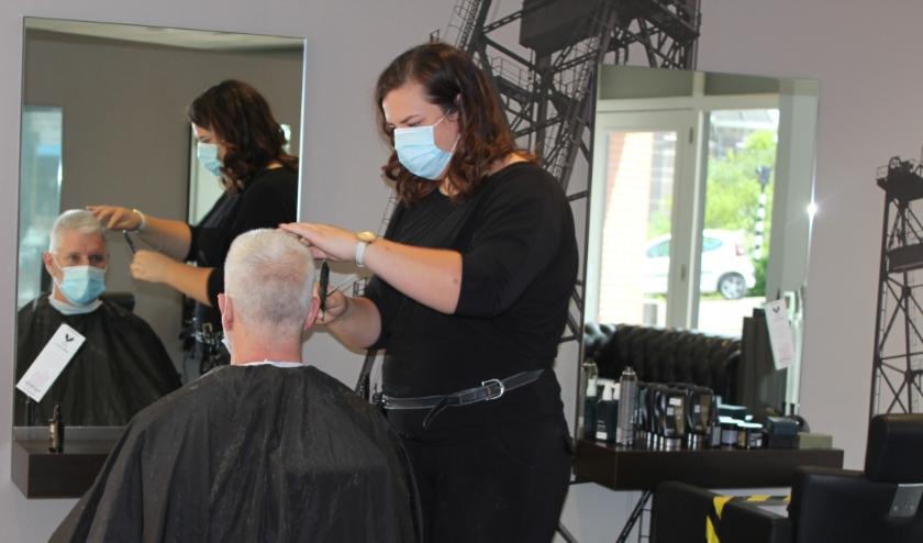 Bij Snel Kappers, met vestigingen in Boskoop en Alphen, dragen kappers en klanten sinds maandag een mondkapje. FOTO: Morvenna Goudkade