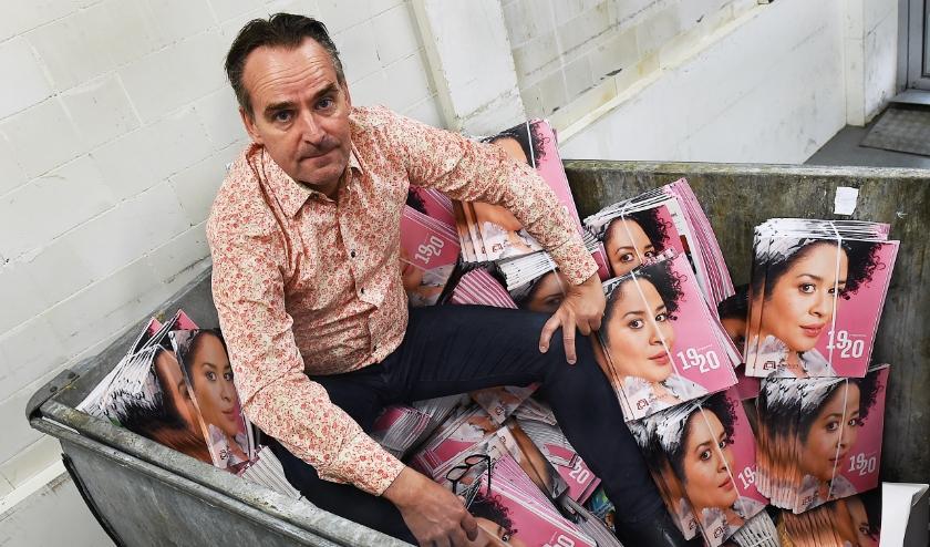 Charles Droste in de container met de jaarbrochures. De programmering van de laatste maanden liep compleet in de soep. (foto: Roel Kleinpenning)