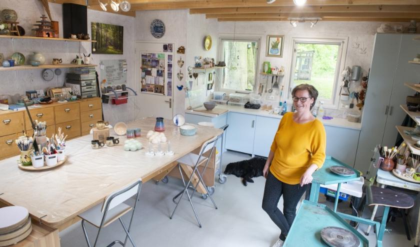 Esther Bron-Raben in haar Atelier Bronnenstijl aan de Sprengenweg in Epe.