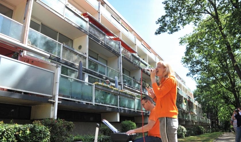 Ritmiek Muziek verzorgde vrijdag diverse optredens in Doorwerth. Hier voor de Dillenburg flat. Foto: gertbudding.nl
