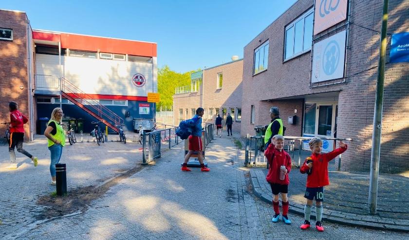 Ook bij VV DES zijn de jeugdspelers weer welkom. Even afscheid nemen van papa en mama en dan voetballen maar... (Foto: VV DES)