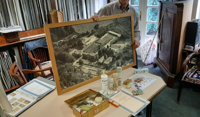 Evert toont verschillende voorwerpen met betrekking tot de voormalige Mijnhardtfabriek die in zijn bezit zijn.