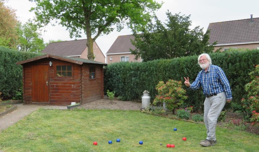 """Simon Blokker: """"Onze nieuwe woning heeft echter een grote tuin met een langwerpig grasveld en op zolder lagen nog wat jeu-de-boulesballen uit de tijd dat-de-kinderen-klein-waren."""""""
