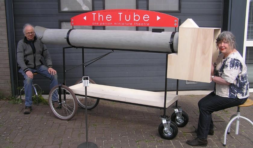 Gérard en Marije maakten een coronaproofvoorstelling.  Eind van deze week staat TAMTAM met haar rijdende voorstelling 'The Tube' in de Deventer binnenstad.