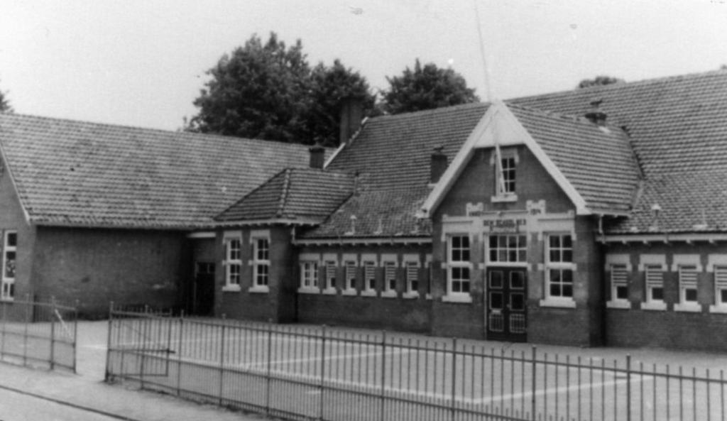 De in 1915 gebouwde en in 1983 afgebroken openbare lagere school aan de Hoogtstraat. Tegenwoordig staat hier een blokje eengezinswoningen. Foto:  © DPG Media