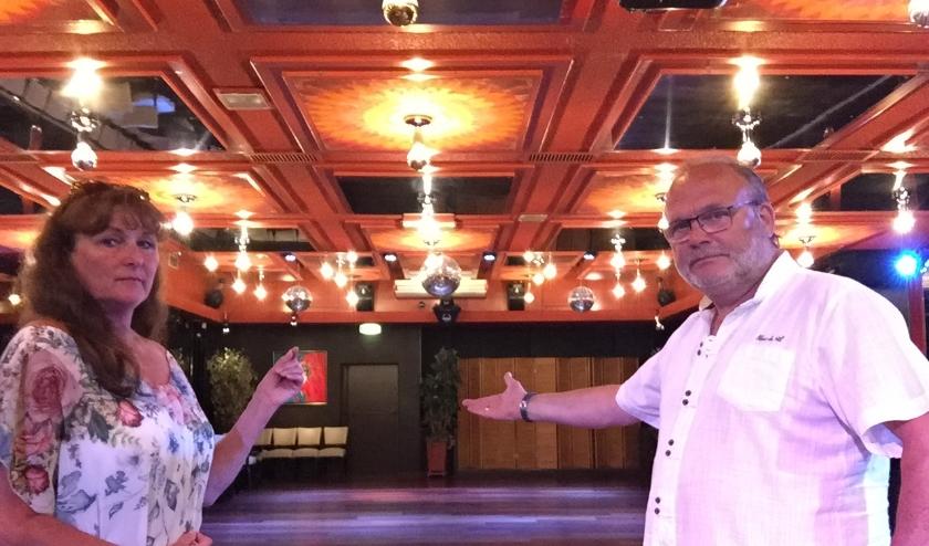 Alex en Irma Gast laten met pijn in het hart de lege danszaal in hun dansschool aan de Joubertstraat zien. Foto: Dance- & PartyPlace