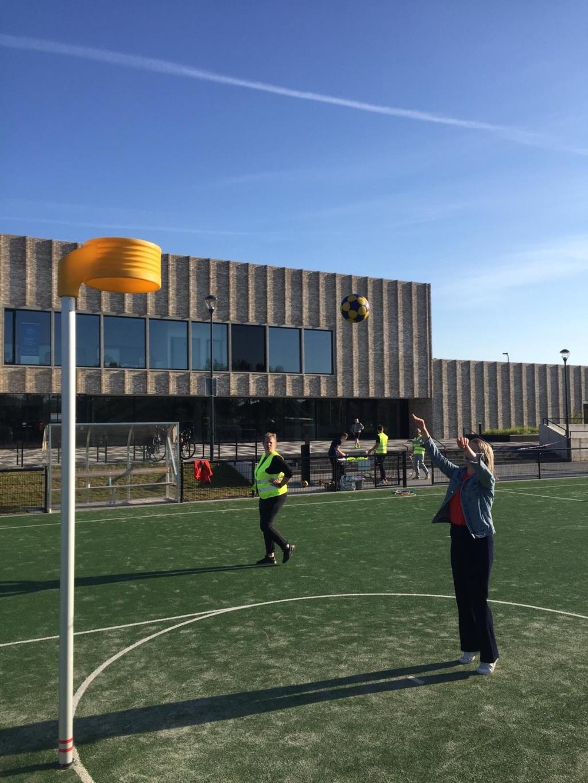 Nadat de DKOD jeugd het speelveld had verlaten waagde wethouder Mulder ook een aantal pogingen om de bal door de korf te krijgen. Foto: DKOD © DPG Media