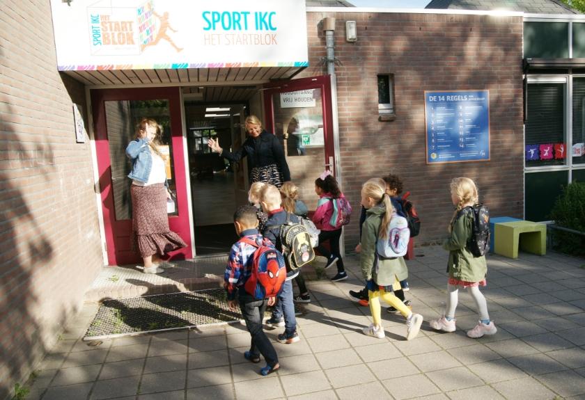 Monique Kampman (rechts) verwelkomt de kinderen van IKC Het Startblok.