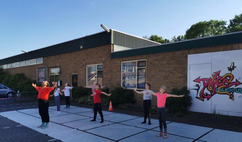 Omdat er al wel buiten gedanst mag worden krijgen de kinderen bij Danscentrum Delicious nu buiten dansles.