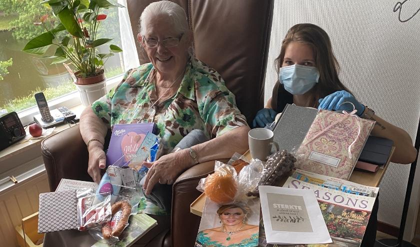 Mevrouw Leusink-Veldhoen samen met verpleegkundige i.o. Anne van Engelen-Vlijm.