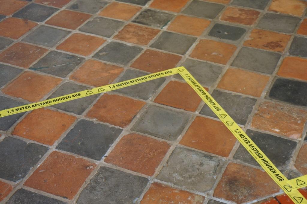 Met vloertape zijn overal in het museum zones aangegeven. Foto: Voerman Museum Hattem © DPG Media