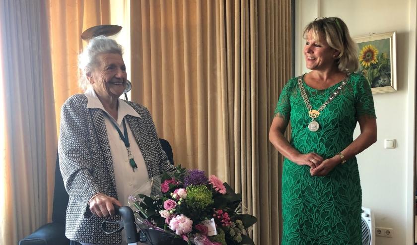 De 103-jarige Asselina Reuvekamp - van Dorth en burgemeester Tanja Haseloop - Amsing.