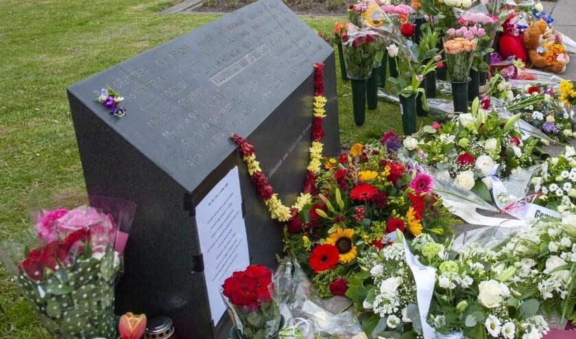 <p>Bloemen bij het monument van de vuurwerkramp in Roombeek.&nbsp;</p>