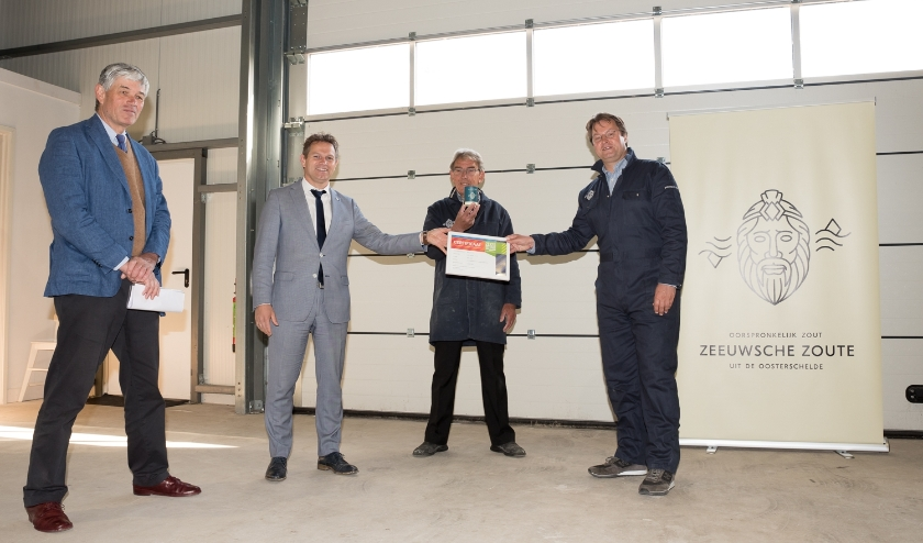 Zoutmaker Christian Clerx neemt certificaat Zeker Zeeuws® Streekproduct keurmerk in ontvangst