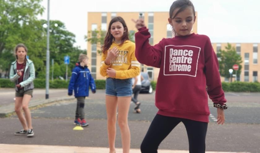 De leerlingen van dansschool Dance Centre Extreme in Den Bosch krijgen momenteel buiten les.