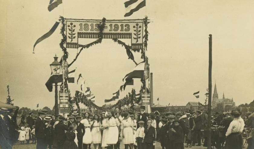 Eind augustus 1913 herdenkt heel Nederland honderd jaar onafhankelijkheid van de Franse overheersing door Napoleon. Zo ook in Eindhoven. (Foto: Philips Company Archives).