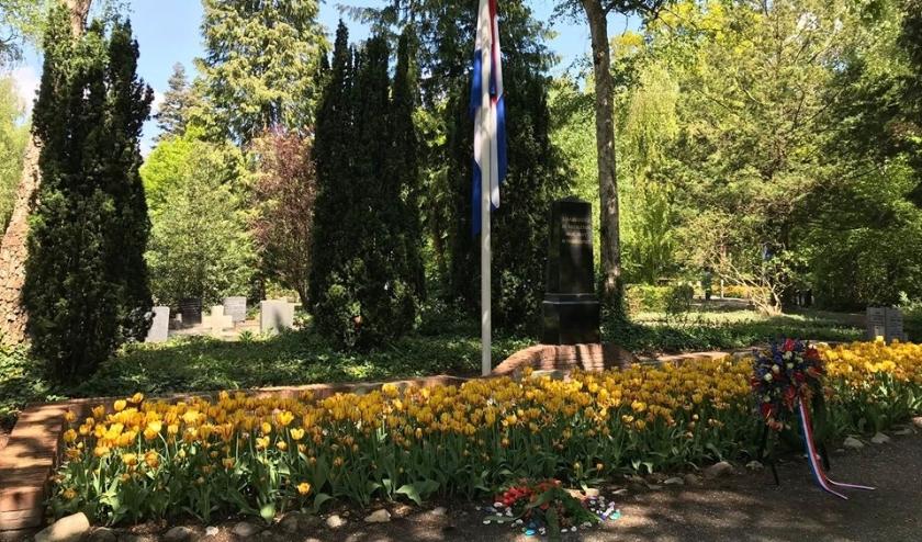 Herdenkingsstenen bij het monument en graf van Bram IJzerman.