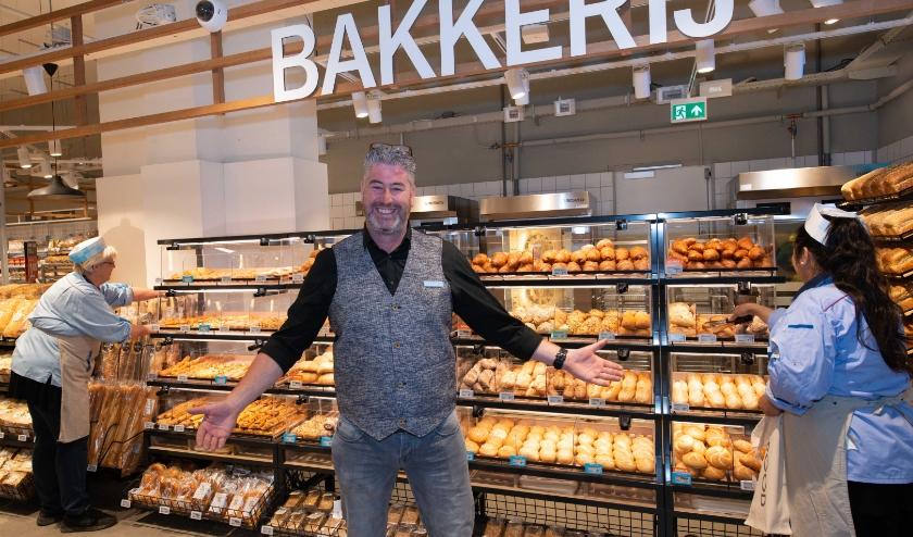 Supermarktmanager Robert Bouwman is trots op de vernieuwde AH aan de Van Schevichavenstraat. (Foto: Albert Heijn/Yasmin Hargreaves)