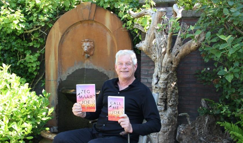 Martin van Es met de Nederlandstalige en Engelstalige versie van zijn boek. Hij schreef het samen met co-writer Andrew Crofts.