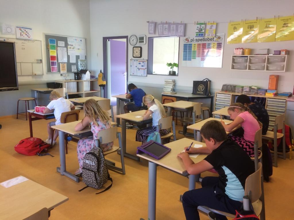 de leerlingen van de Linden schrijven het kaartje Foto: Omnis © DPG Media