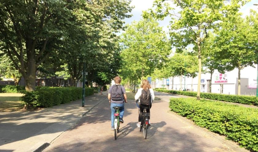 Het wordt weer een vertrouwd straatbeeld: scholieren op de fiets.