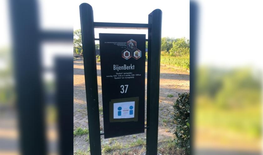 Wie de ingang van de belevingstuin zoekt, die moet op dit  bordje letten. FOTO: Swove.