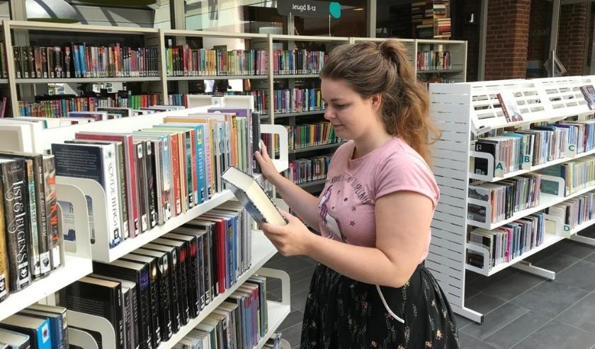 De vestigingen zijn zo ingericht dat bezoekers gelimiteerd naar binnen kunnen om hun boeken in te leveren of uit te zoeken. (Foto: Bibliotheek Noord-West Veluwe)