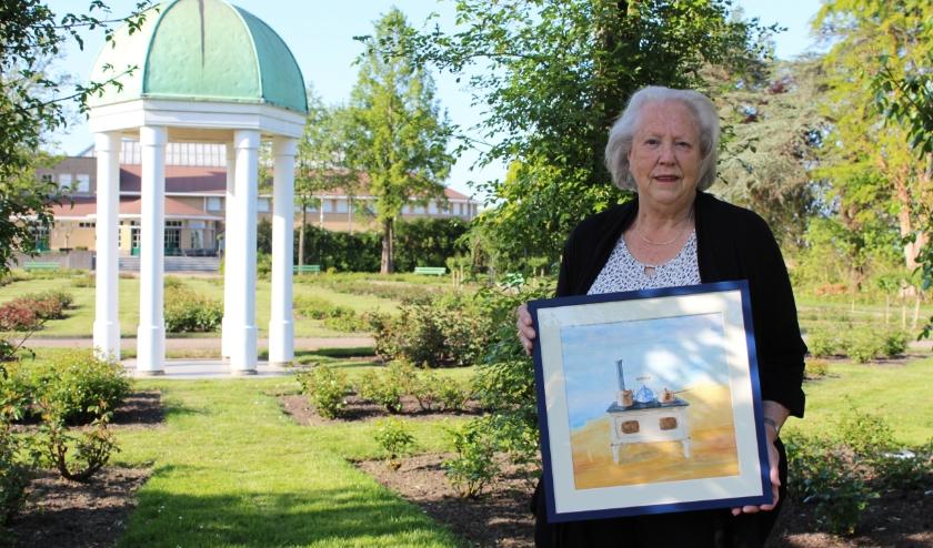 Museumvrijwilliger Tineke Rhijnsburger doet mee aan expositie 'Verrassend Veelzijdig'' in het Boomkwekerijmuseum. FOTO: Morvenna Goudkade