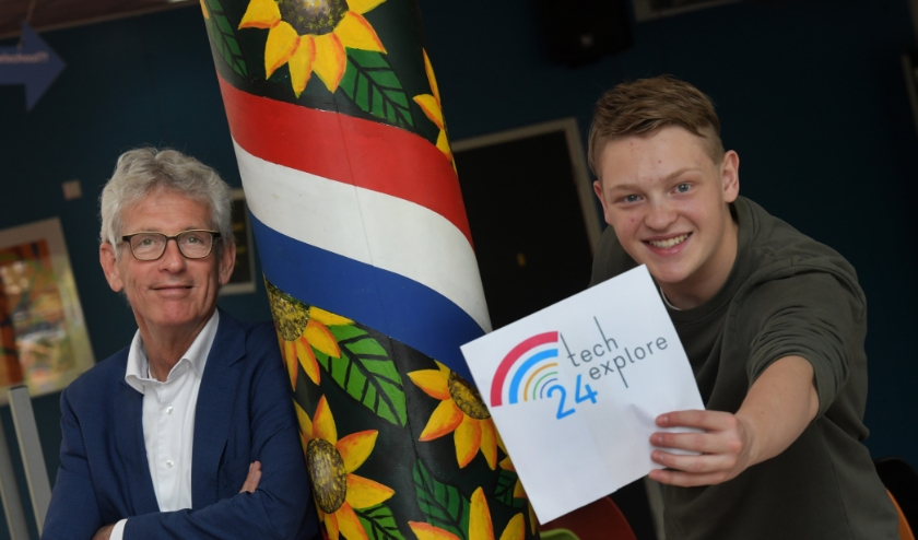 André Viets en leerling Tijs Blokhuizen van Lek en Linge tonen vol trots het logo van het project TechExplore.(foto:William Hoogteyling)