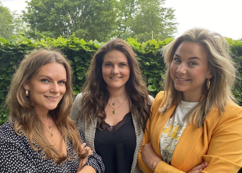 De Loose vriendinnen die proberen met mondkapjes iets te verdienen (vlnr): Nathalie Mattijssen, Charlotte Mattijssen en Liz van Essen.