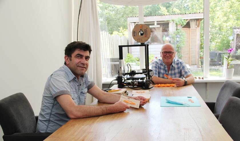 George Ringhilescu (l) en Emil Glänzer met in het midden de 3D-printer.
