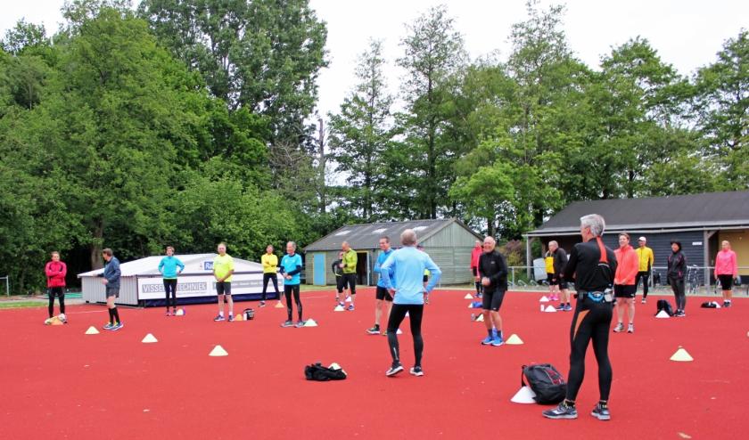 Trainer Gerard Dekker (helemaal links) staat uitleg te geven tijdens de training.