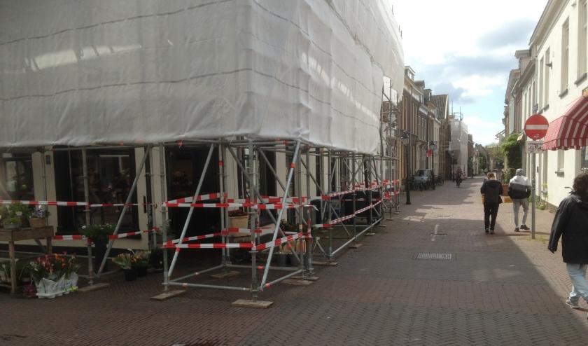 Monumentale gebouwen in het centrum ingepakt voor onderhoud, zoals op de Vier Hoeken en Kattenstraat.