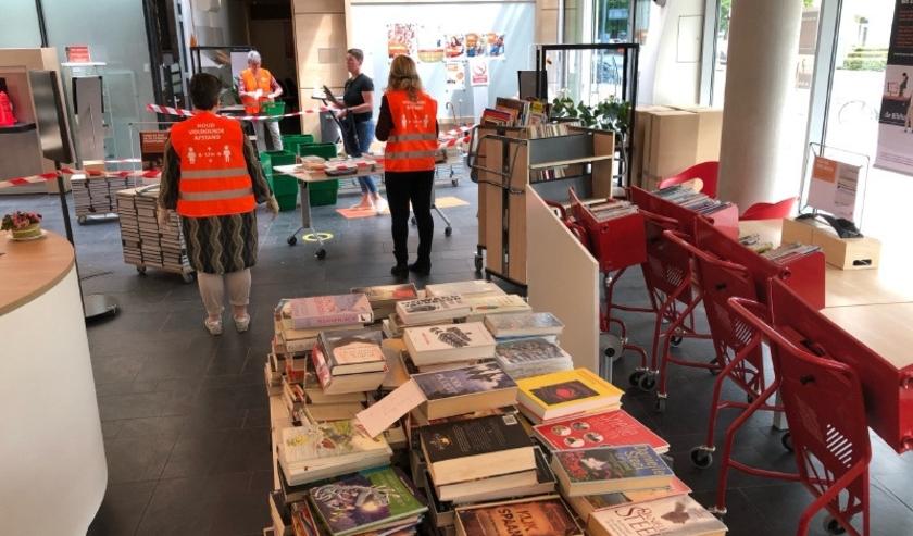 De boeken die teruggebracht worden, worden zorgvuldig bij elkaar gelegd en gaan vervolgens in 'quarantaine'. (Foto Bibliotheek Hengelo Stad)