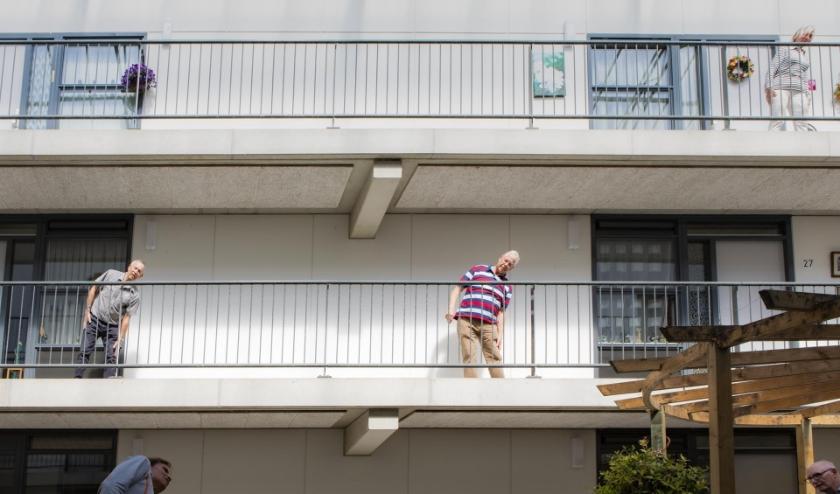 'Balkon Bewegen' is in het leven geroepen om ouderen ook tijdens de coronacrisis met elkaar te verbinden en op een veilige manier met elkaar te laten bewegen.