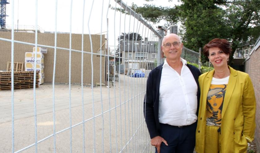 Dolf en Heidi Kusters bij het wooncentrum in aanbouw.