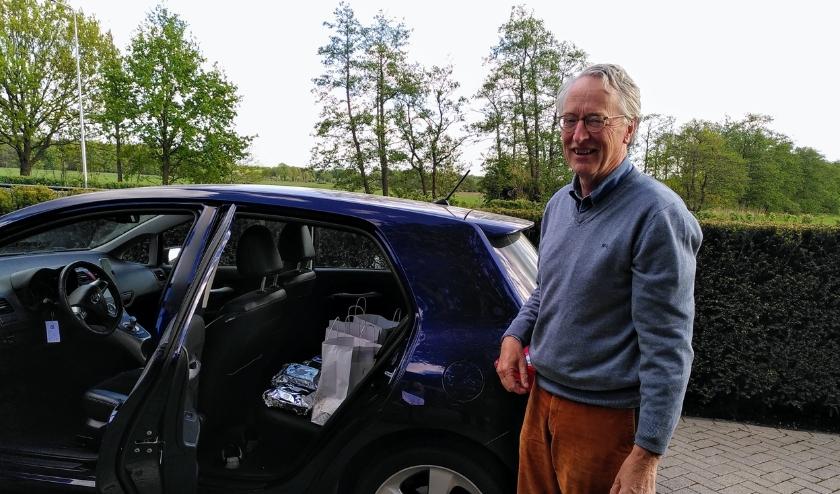 Met een auto vol maaltijden zijn de rotarians langs ouderen gereden