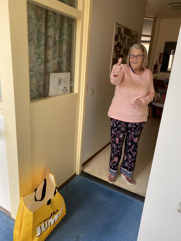 Een dikke duim van mevrouw Ketel voor de thuisbezorgde boodschappen. Foto: Samen voor Woerden © DPG Media