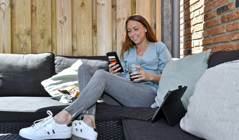 Wethouder Larissa Bentvelzen chilt het liefst in haar tuin terwijl ze facetimet met familie en vrienden.  Foto: Erwin Dijkgraaf