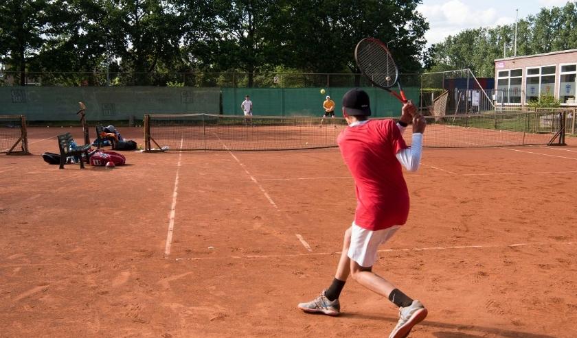 Jeugdspelers van tennisvereniging Presikhaaf. In het geel Wouter Fens, in het wit Wouter de Swart en in het rood Mart-Jan Kaak.