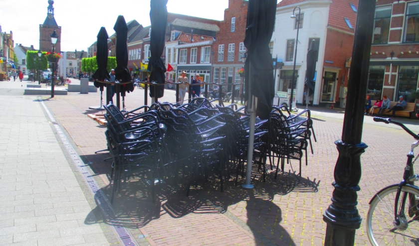 De stoelen en tafels staan klaar om het terras op de Markt in te richten