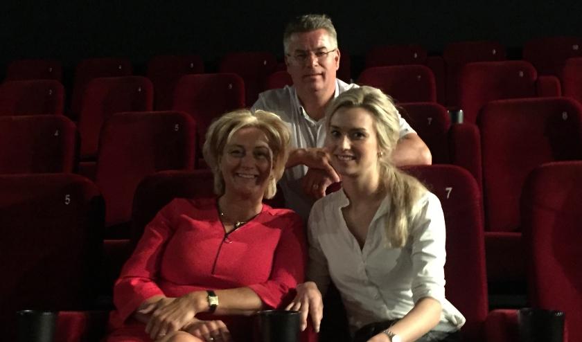 """Thea, Johan en Astrid Kok in een zaal van Kok Cinemaxx. """"We zijn blij dat we na 11 weken dicht weer open mogen."""" (foto: Marco Jansen)"""