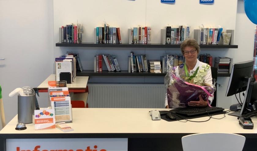 Marian Wigman op haar vertrouwde plaats achter in de informatiebalie