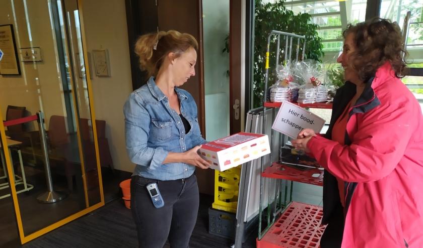 12 mei Dag van de Verpleging: SP Rhenen trakteert het zorgpersoneel van de Tollenkamp op een taart.