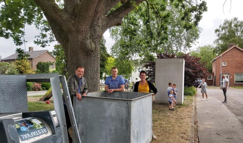 Loek den Elzen, Bert van Namen en Gretha den Elzen bij het containermateriaal dat straks plaatsmaakt voor een picknicktafel en bank.