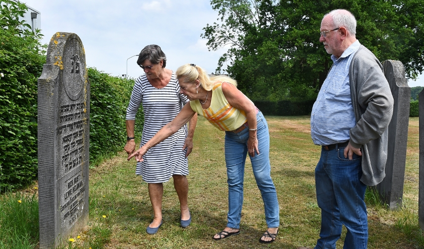 Vlnr: Gerrie van Hasselt, Aggie Daniëls en Peter van Toor bij graf Levie Heijman op Joods begraafplaats. (foto: Roel Kleinpenning)