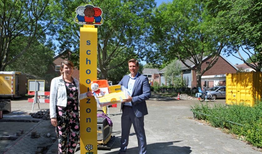 Wethouder Björn Lugthart reikt het verkeerslespakket SCHOOL OP SEEF uit aan Rieneke Bos, locatiemanager van basisschool De Akker
