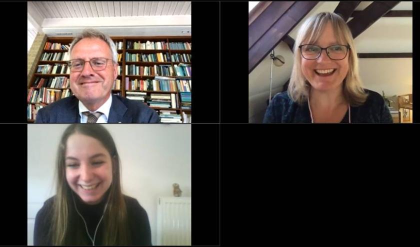Juryvoorzitter Han Polman feliciteerde, samen met de directeur van Stichting Vrijheidscolleges, via een video-verbinding de winnares Lieve Smeets.
