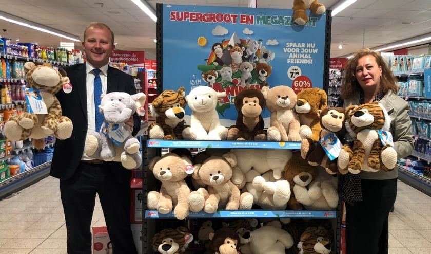 Links supermarktmanager André Bax van Hoogvliet Hedel en rechts Jolan Smeets van 'Samen hebben we genoeg'.